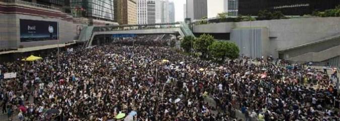 'Umbrella Revolutionaries' Sweep Riot Police From Hong Kong Streets